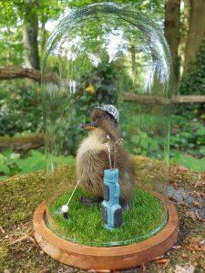 """Entenküken Präparat """"Duck Playing Golf` in formatierte Stolpe"""