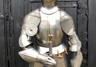 Ridder Harnas replica gebruikt op sokkel, zwaard en spotjes