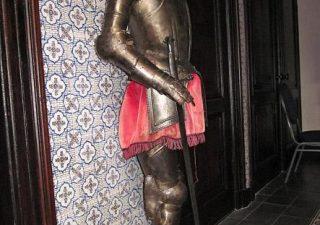 Ridder Kinder Harnas replica met zwaard op sokkel