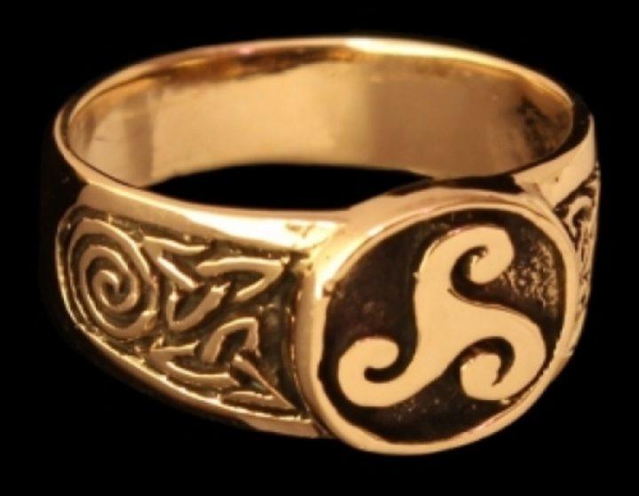 Keltische ring met Triskel