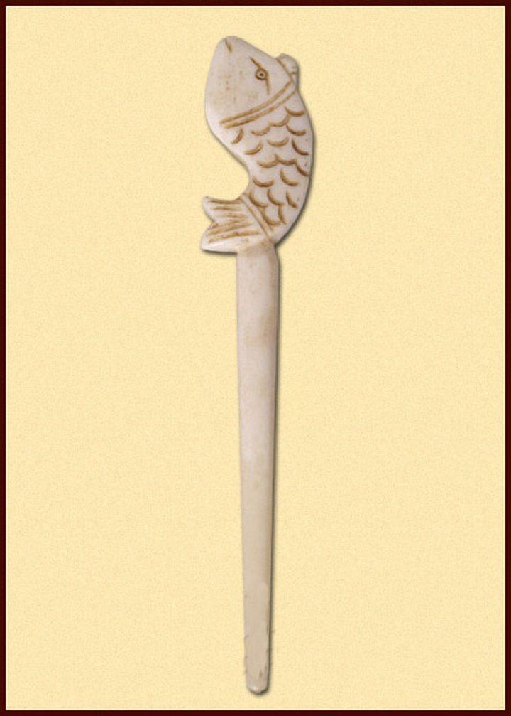 Haarnadel/Gewandnadel aus Knochen mit Fisch-Motiv