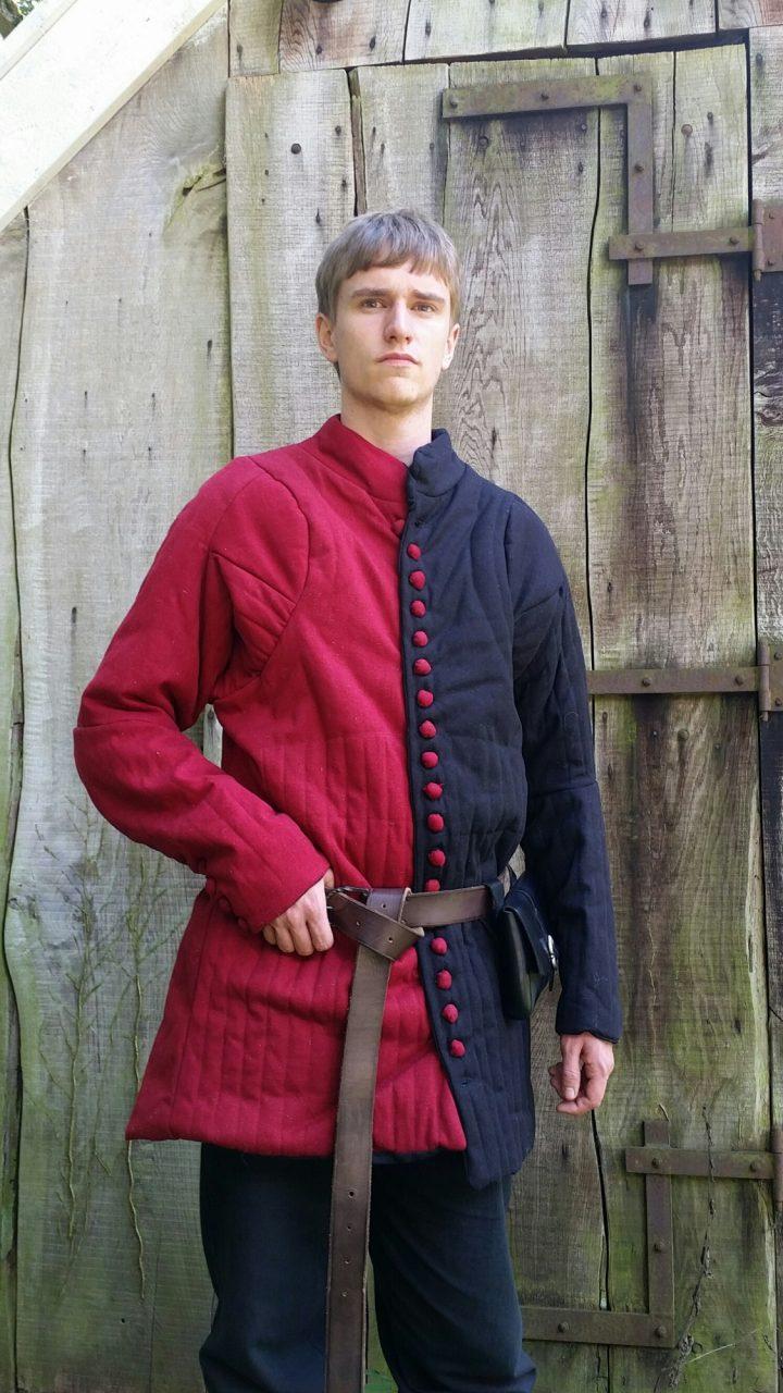 Gambeson mit Knöpfen, Jupon, rot und schwarz 14Jh.
