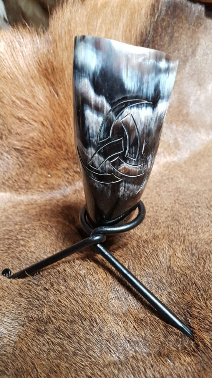 Trinkhörn mit Symbol von der drei Trinkhorner von Odin und mit Standard