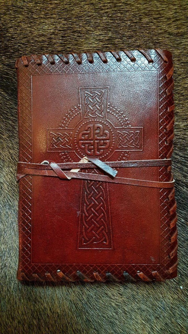 Lederen Boek met Handgeschept papier en Keltisch Kruis