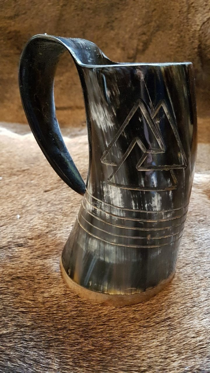 Drinkbeker van Dierenhoorn met een Viking Valknut Motief