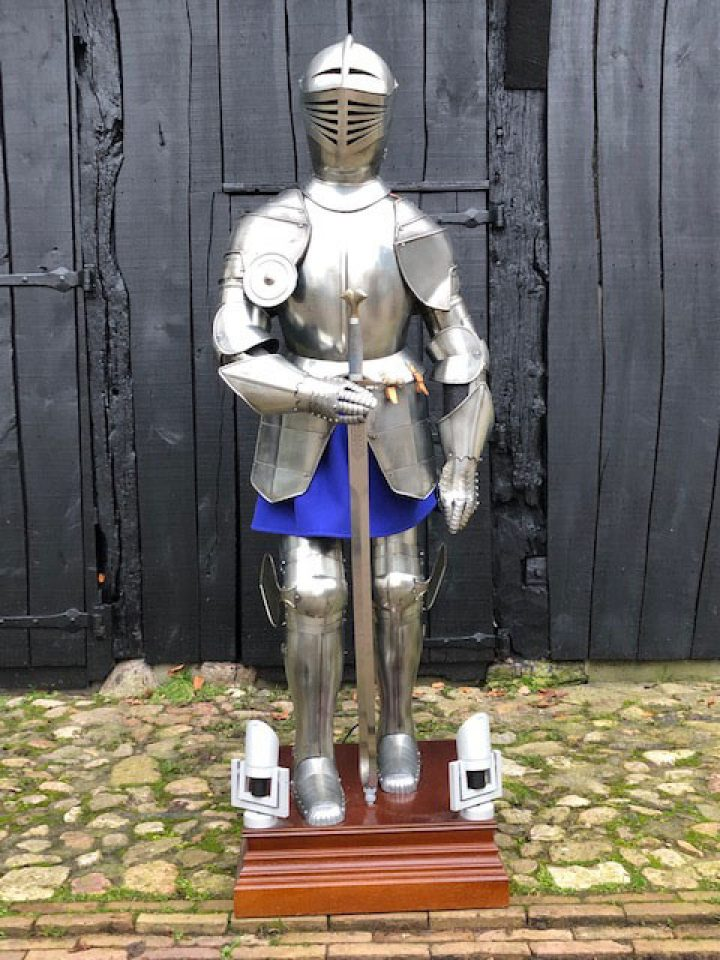 Ridder Harnas replica tweedehands op sokkel, zwaard en spotjes
