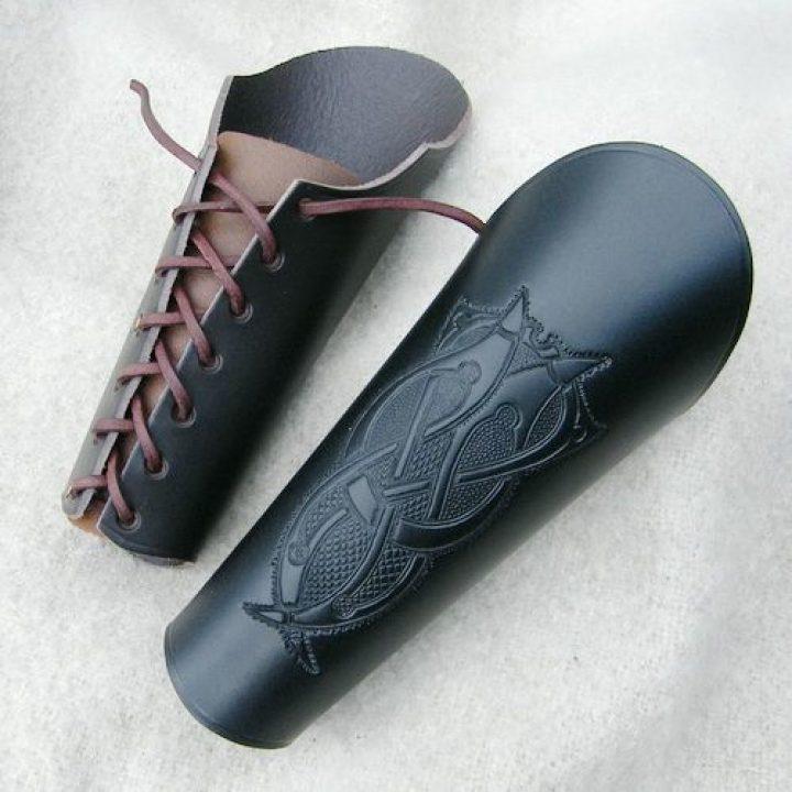 Polsbeschermer lang Keltisch in zwart of bruin