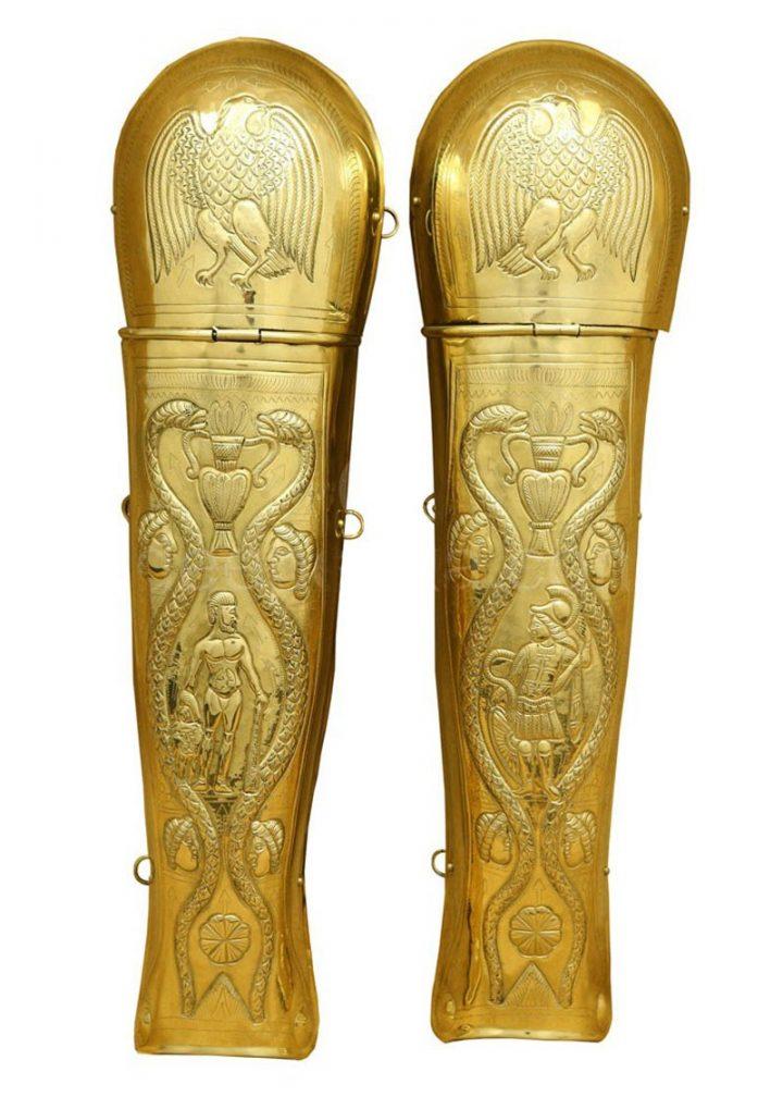 Beinschienen der Prätorianergarde aus geprägtem Messing, Paar.