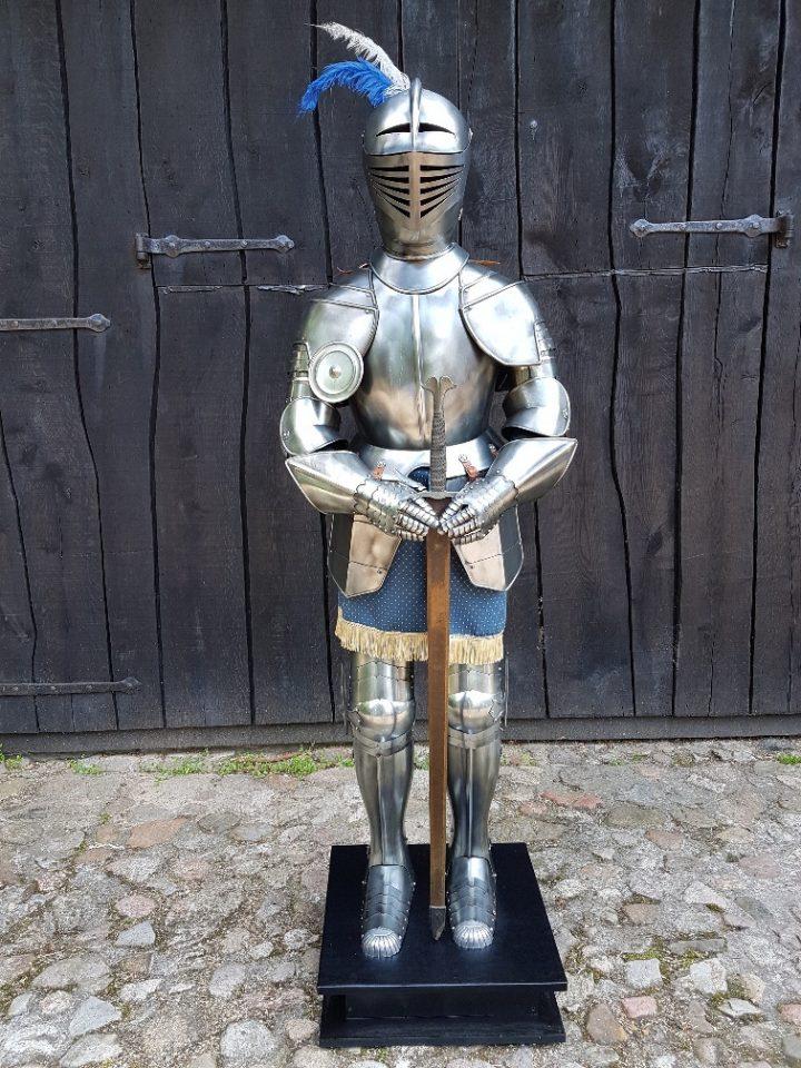 Harnas Gladius ca. 15 jaar oud op sokkel met zwaard