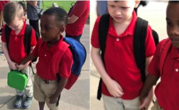klasgenootje steunt jongen met autisme