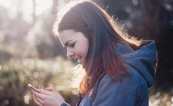 Minder social media-gebruik vermindert depressie en eenzaamheid