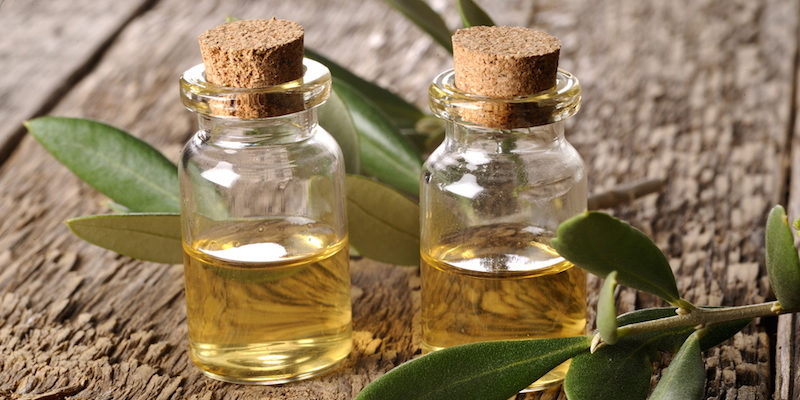5 Health Benefits of Tea Tree Oil For Hair and Scalp