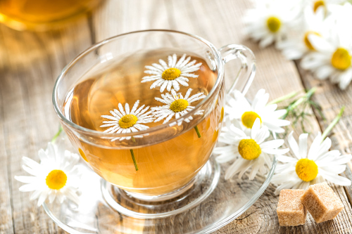 15 Benefits of Chamomile Tea for Hair (#1 Natural Hair Dye)