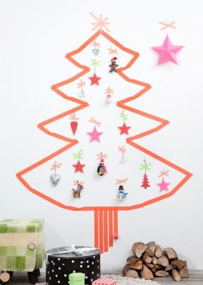 Weihnachtsbaum aus Masking-Tape mit Anhänger