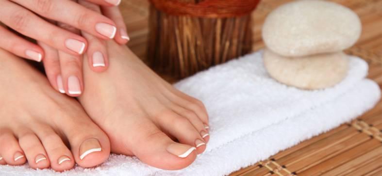 French Nails an Fingern und Zehen
