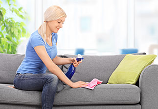 Frau putzt Couch