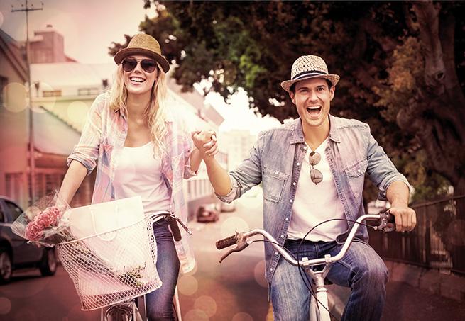 Verliebtes Paar fährt gemeinsam Rad