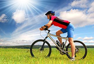 Radfahrer auf grüner Wiese