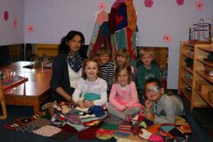Baumpullis als Decken dem Kindergarten übergeben