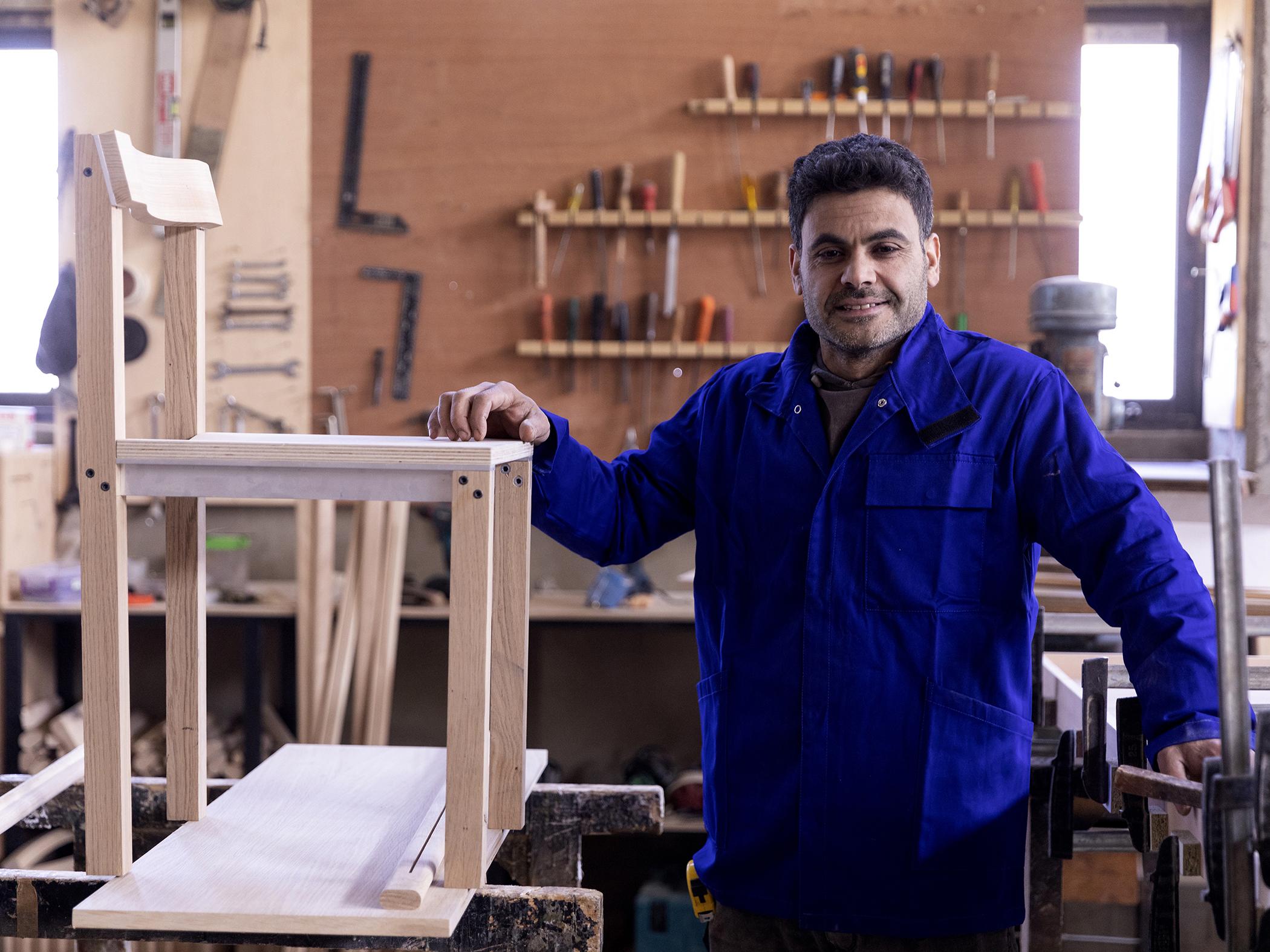 À l'Atelier Kanaan, l'ébéniste Radwan travaille sur le prototype de la chaise Tal dessinée par Léonard Kadid.