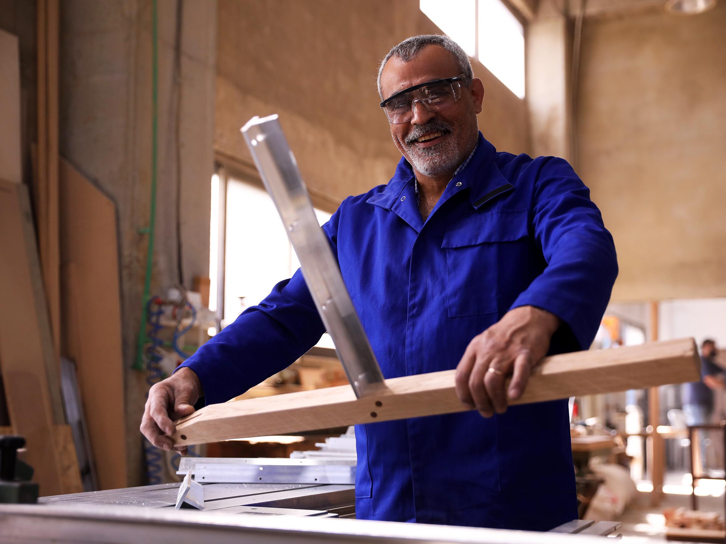La qualité des matériaux et le savoir-faire sont deux points cruciaux dans la fabrication des meubles Kann. À l'Atelier Kanaan, l'ébéniste Joseph travaille sur la chaise Tal dessinée par Léonard Kadid.