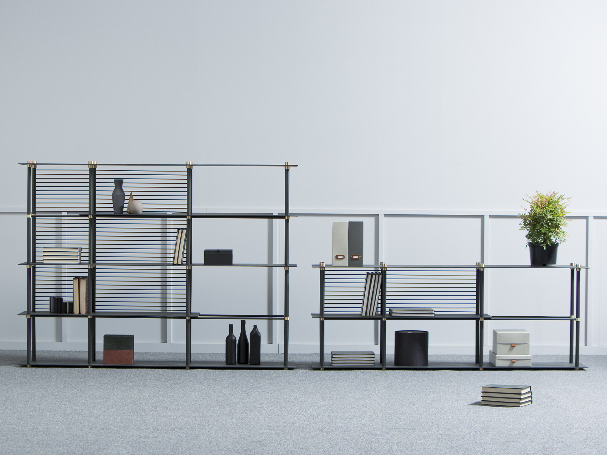 Les lignes horizontales, en clin d'œil aux stores vénitiens, jouent à troubler la lisibilité de l'espace.