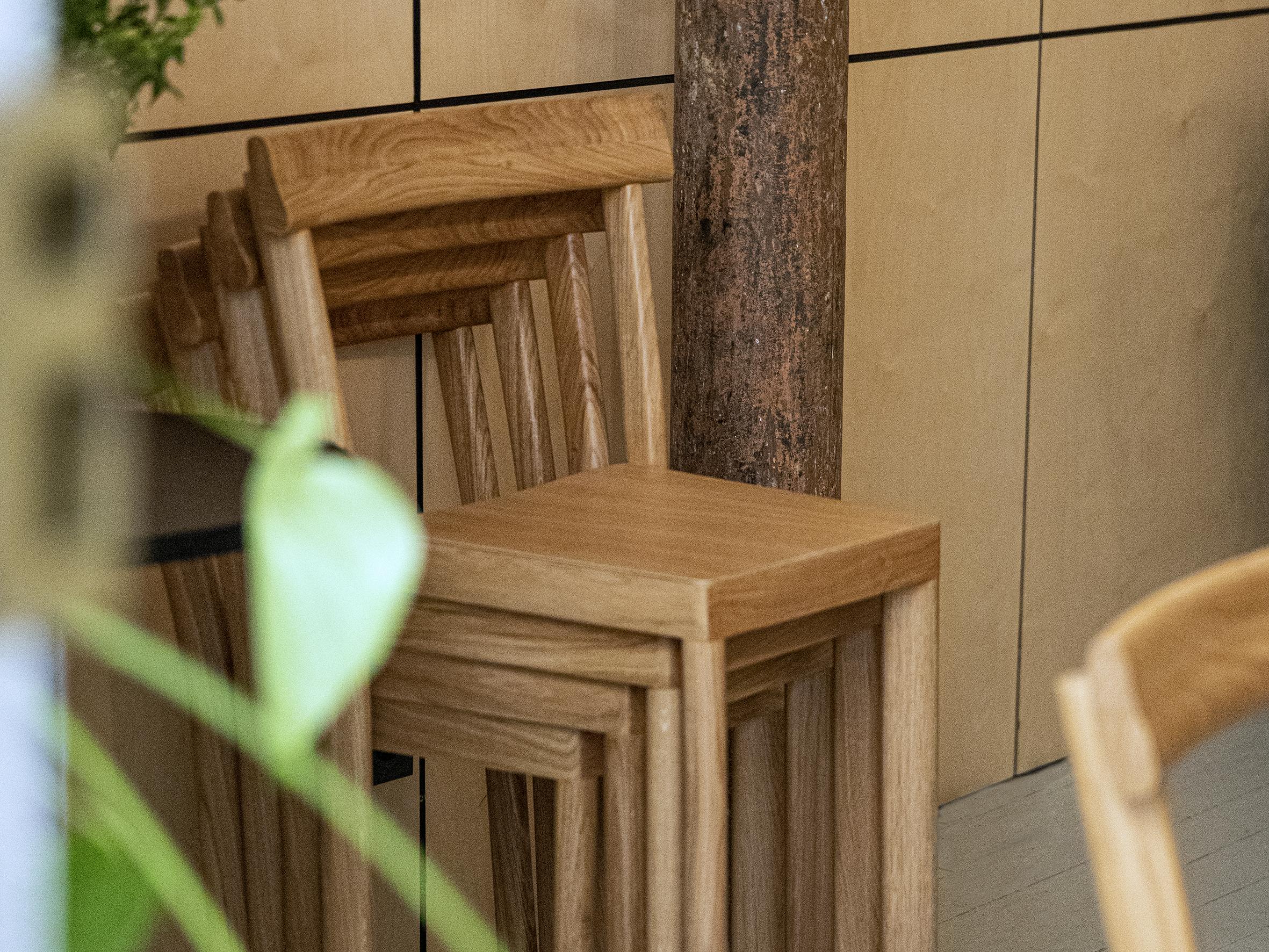D'inspiration bistrot, les chaises Galta dessinées par SCMP Design Office ont été conçues pour pouvoir s'empiler facilement.