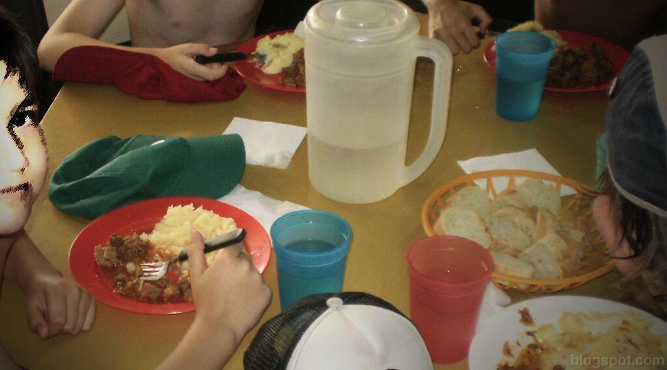 La distribución de grasas en el almuerzo supera el 10 % establecido casi en un 7%.