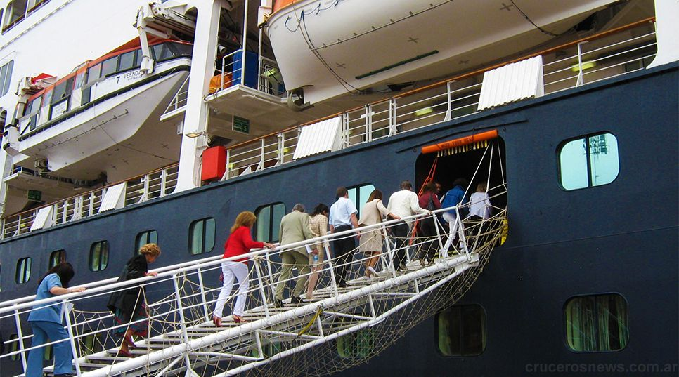 Los buques turísticos pueden alojar hasta 3 mil personas.