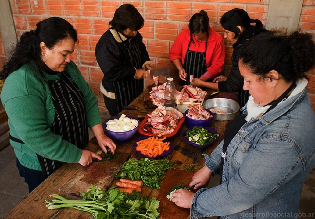En el informe se advierte que algunas cocineras no usaban cofia ni delantal.