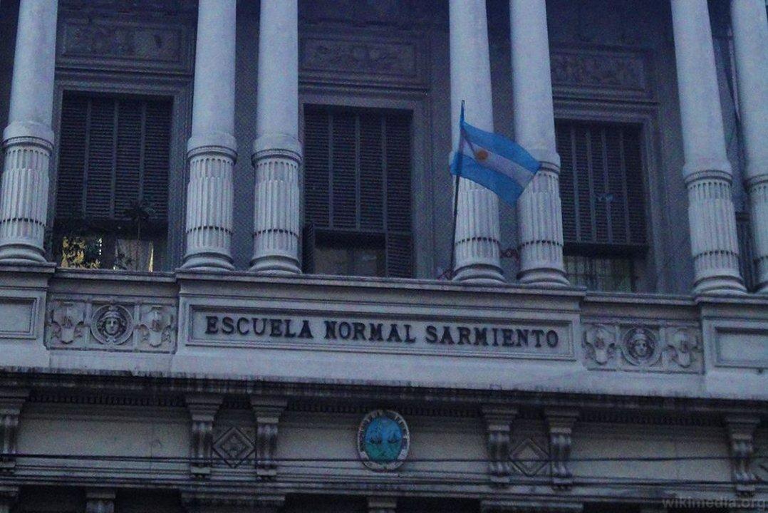 """El Normal N° 9 y el Liceo N° 7 """"Domingo Faustino Sarmiento"""" comparten edificio en Callao al 400."""