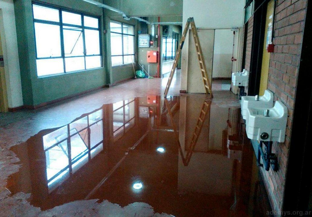 """En la Escuela """"Jorge Donn"""" debían realizar la impermeabilización de cubiertas en distintas áreas."""