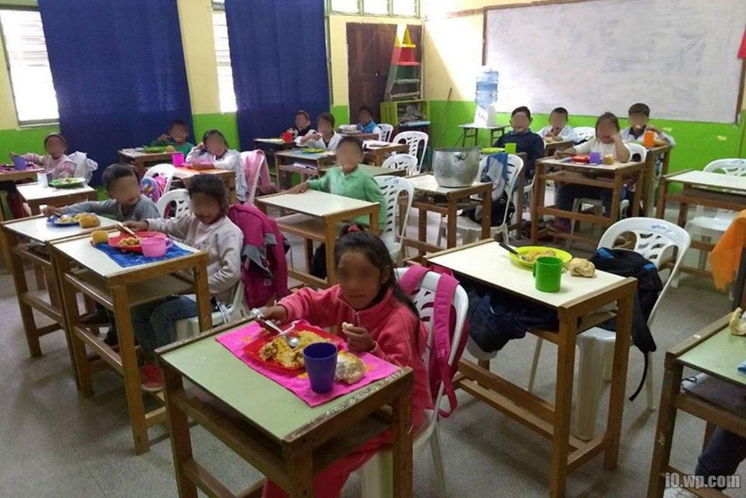 Según el informe, en la mayoría de las escuelas los chicos comen sobre los pupitres.