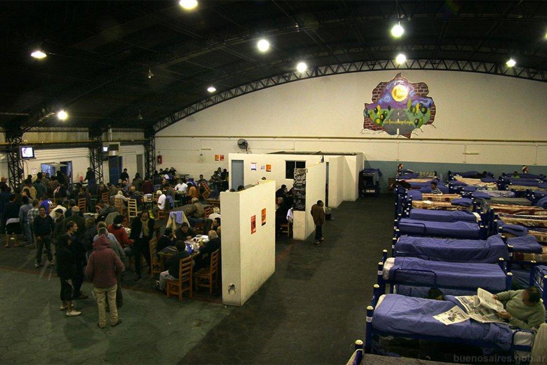 El Parador Retiro, ubicado en Gendarmería Nacional 522, sólo recibe a hombres y tiene disponibles 180 plazas.