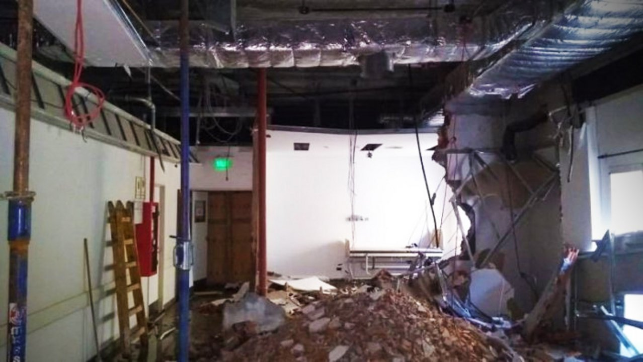 Aparentemente, el techo se derrumbó por un mal apuntalamiento durante la obra.