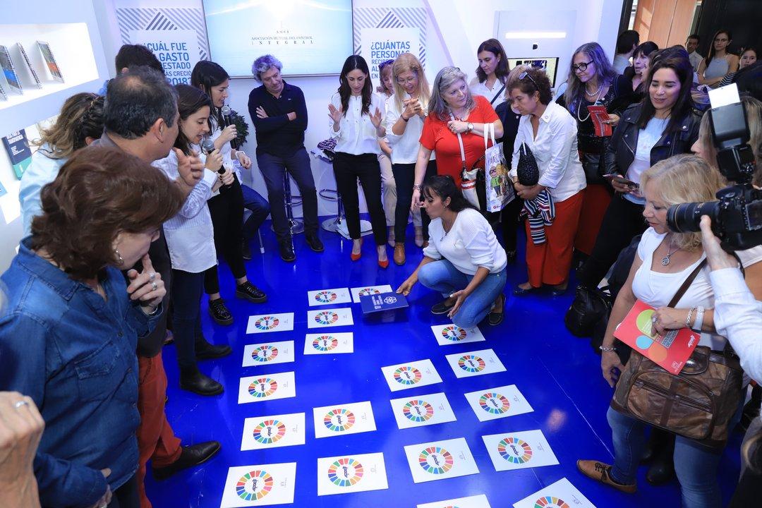 Los asistentes se divirtieron jugando a una especie de Memotest para conocer cada uno de los ODS.