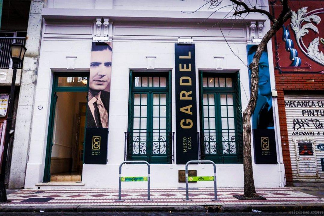 Para entrar a la Casa Museo Carlos Gardel hay que sortear un escalón sin salvar.