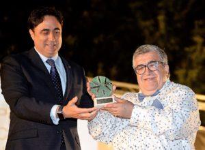 El alcalde entrega el Premio a José Vicente Ávila.