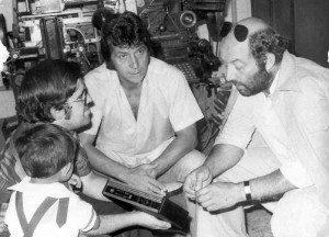 """José Vicente charla con """"Curro Jiménez"""" y """"El Algarrobo"""", junto a una linotipia. Testigo, Dieguito."""