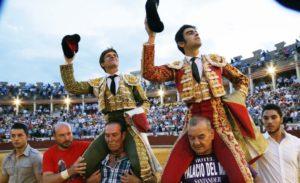 El Juli y Perera, llevados por Curro Cano y El Chino. (Foto: Julio Palencia)