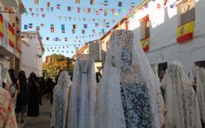 Mantillas blancas por las calles de Puebla de Almenara, en día de fiesta grande. Foto: Josevi