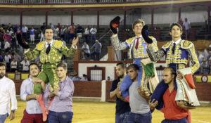 El mejor final de una corrida de toros. (Foto: M. del Moral)