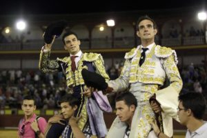 Tendero y Huertas, a hombros. Foto: Ernesto Naranjo.