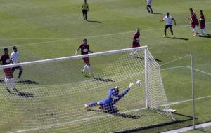 Con esta mano milagrosa, Javi Alonso evitó el gol de falta directa de Vicky. (ubconquense)