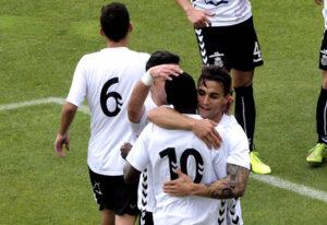 Zapata se abraza a Samba, al marcar uno de los goles. (ub.conquense.es)