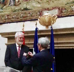 El Embajador de Francia Yves Saint-Geours condecora a Antonio Moral.