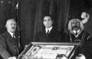 Jesús Galíndez, en el centro, junto al alcalde José Martìnez y un ujier.