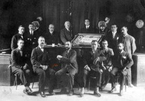1921. Hjo Adoptivo de Cuenca. El doctor Galíndez junto a la Corporación y los ujieres revestido de gala. / Col. JVA
