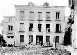 Plaza del Carmen con la cruz del siglo XX y un urinario. / Crónica de un tiempo, una ciudad
