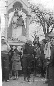 """Foto antigua del baile de la Virgen de Rus. / """"Crónicas"""", San Clemente"""
